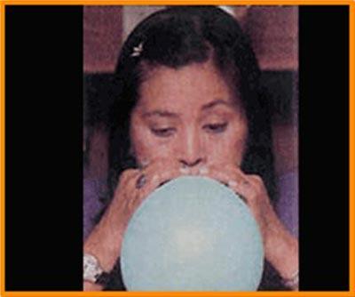 Burnunuzdan nefes alıp, ağzınızdan balona nefes verin. İlk günler elma kadar, ikinci hafta greyfurt, sonraki hafta balonu daha büyük şişirin. Ve nefesinizi bırakın, sakın yutmayın. Bu hareket akciğerleri açıyor ve yanaklar çalışıyor.