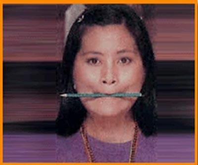 Dudağınızla kalemi tutun ve çevirin. Bu arada çenenizi öne doğru uzatın, yanaklarınızı da gülermiş gibi kaldırın.